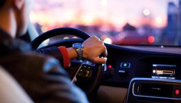 Dingen die mannen doen alleen in de auto meneren
