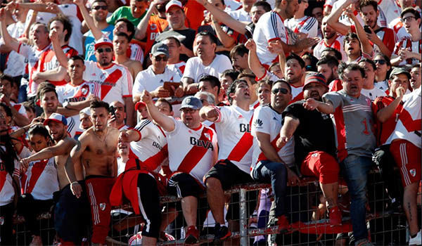 Supporters River Plate in stadion El Monumental in afwachting van El Classico tegen Boca Juniors