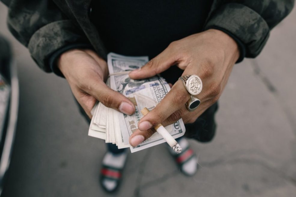 Geld boven grote piemel meneren
