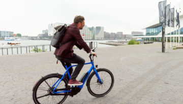 Man rijdt fiets
